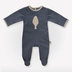 Una tutina da neonato in cotone biologico