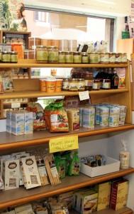 L'interno del negozio con l'assortimento di prodotti biologici