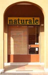 La vetrina esterna del negozio