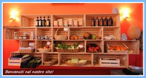 Un'esposizione di prodotti bio nel negozio Kilomangia