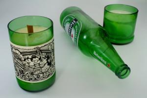 Una candela inserita in una bottiglia di birra