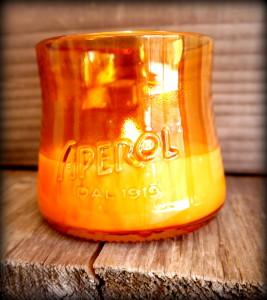 Una candela ospitata in una vecchia bottiglia di Aperol