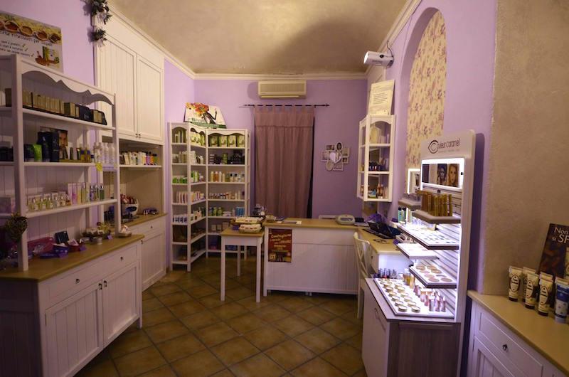 L'interno della Bioprofumeria Elisir di Pinerolo